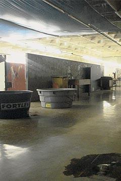 Caixas d'água são usadas para conter as goteiras