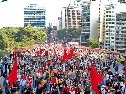 Manifestantes fizeram passeata protestando contra a Polícia Militar no Campus e pararam o trânsito no centro (foto: Marcelo Osakabe)
