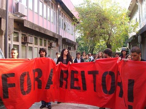 Manifestação de estudantes no prédio da FFLCH em 16 de junho (foto: Bruna Escaleira)