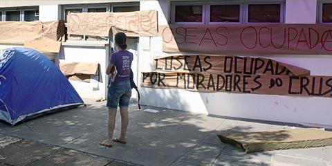 Fachada da Divisão de Promoção Social da Coseas, no bloco G, tomada há mais de 15 dias; os ocupantes preferem não se identificar temendo retaliações (foto: Victor Caputo)