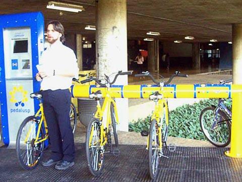 Maurício Villar e os protótipos finalizados do PedalUSP (foto: Raissa Pascoal)