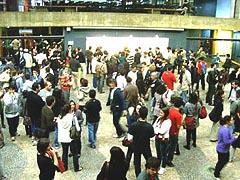 Público interage durante o coffee break (foto: Raissa Pascoal)