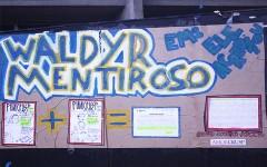 Cartaz faz referência às contradições do caso (foto: Andressa Pellanda)