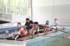 Alunos começam a aprender a remar no barco escola na USP (foto: Denise Eloy)