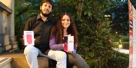 Eduardo e Aline mostram os primeiros livros da Editora Patuá (foto: Bruno Molinero)