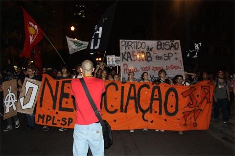 No centro de São Paulo, manifestantes protestam contra o aumento da passagem (foto: Mariana Queen)