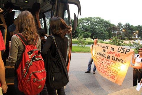 Estudantes da FFLCH param ônibus para negociar passe livre até local de manifestação (foto: Mariana Queen)