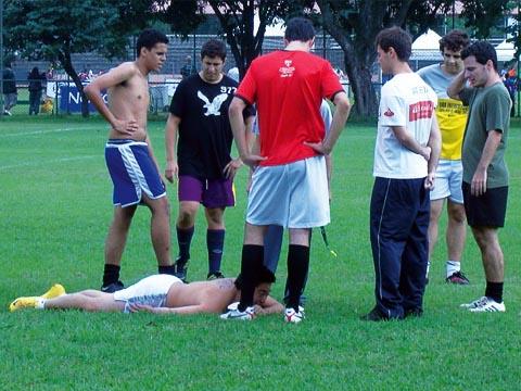 Jogador sofre lesão e não recebe assistência (foto: Daniela Bernardi)