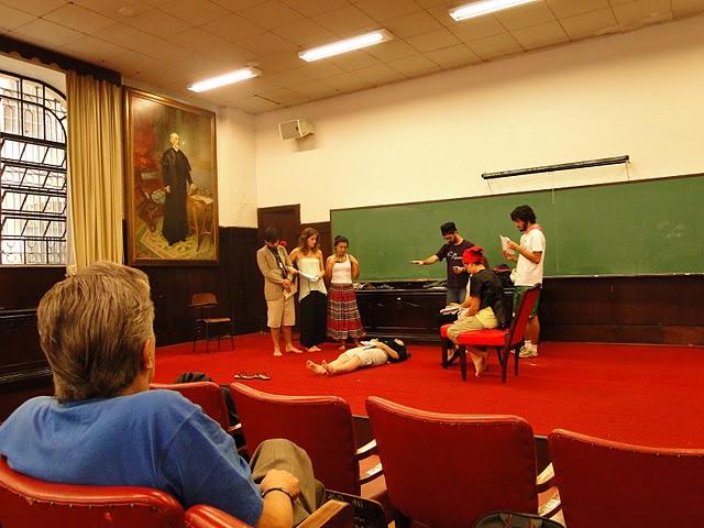 Silnei monitora alunos do grupo durante ensaio em sala da Sanfran (foto: Arquivo Pessoal)