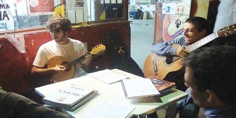 Grupo de chorinho da ECA, que inclui alunos do curso de Música, se apresenta na unidade (foto: Leonardo Maran Neiva)