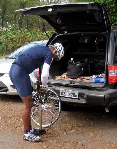 Cyrio Dias Filho troca pneu furado por tachinha (foto: Carolina Linhares)