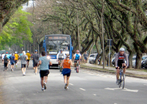 Esportistas e ônibus ocupam as mesmas faixas (foto: Carolina Linhares)