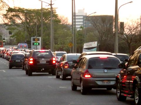 Trânsito no portão da USP já faz parte da rotina dos motoristas (foto: Shayene Metri)