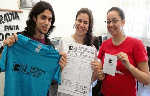 Alunos vestem a camisa da Biblioteconomia (foto: Ricardo Bomfim)