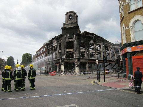 Loja Carpet Store após ser incendiada no dia 6 de agosto (foto: Alan Stanton)