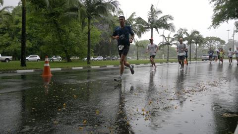 """""""Por causa da chuva, as faltas entre inscritos para a caminhada de 4 km foi muito maior do que entre os corredores"""", diz Patrícia Sakai, coordenadora do evento (foto: Renata Hirota)"""