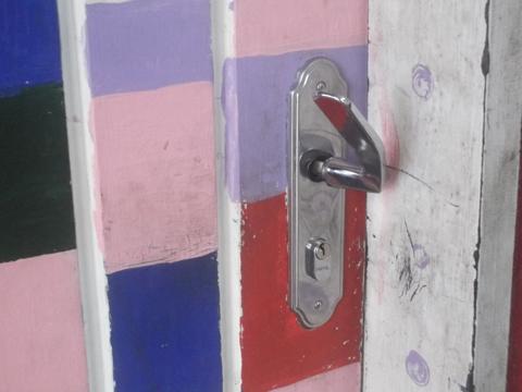 Maçaneta da porta do Calc foi retorcida na tentativa de arrombamento (foto: Eliana Barbosa)