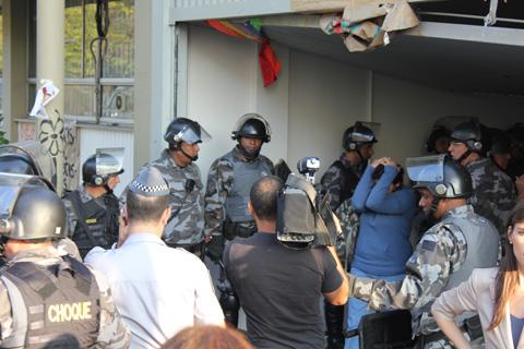 Ocupantes da reitoria são encaminhados à delegacia depois da reintegração de posse da reitoria (foto: Ilda Costa Silvério)