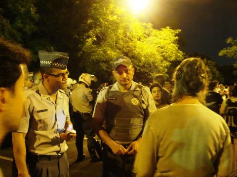 Durante o episódio, alunos e professores debatiam suas ideologias com os policiais (foto: Giovanna Rossin)