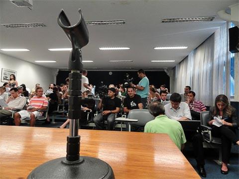 Massiva presença da imprensa na Assembleia da Adusp (foto: Ricardo Bomfim)