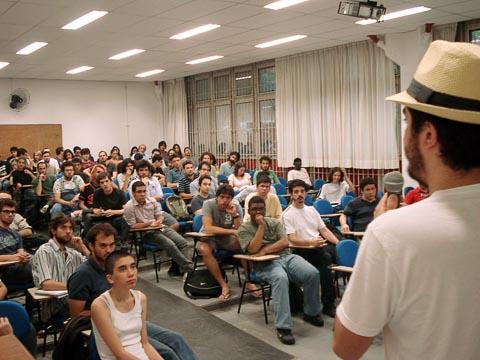 Aluno discursa em Assembleia na Filosofia; estudantes decidiram aderir à greve (foto: Bruno Capelas)