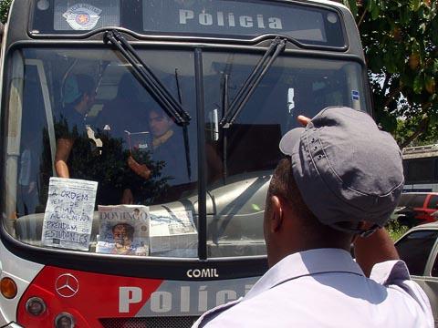 """Nos jornais: """"A ordem vem de cima: Alckmin. Prendam os estudantes"""" e """"Somos presos políticos"""" (Foto: Mayara Teixeira)"""