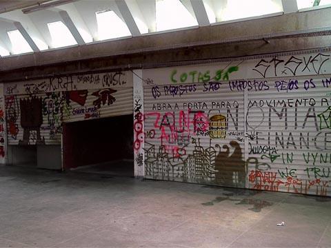 Interior do Centro de Vivência da USP, prédio que estava sendo ocupado por não-estudantes há cerca de um mês (foto: Fernando Maluf)