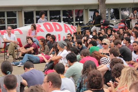 Estudantes em frente à reitoria somaram cerca de 350 pessoas, segundo estimativa do JC (foto: Paula Zogbi Possari)