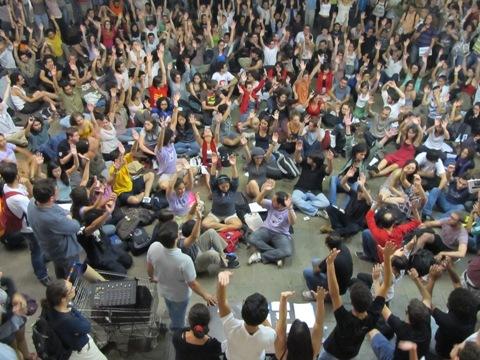 Reunidos no vão da História, alunos votaram contra a greve em assembleia esvaziada (Foto: Daniela Frabasile)