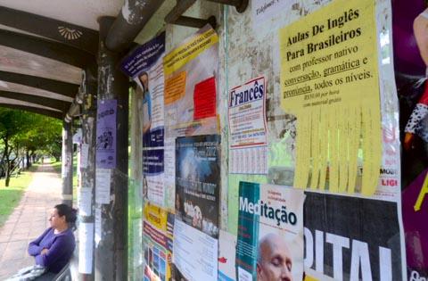 Cartazes de aulas particulares competem com os de festas e moradias nos pontos de ônibus da USP (foto: Jéssika Morandi)