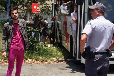Estudante preso durante a reintegração de posse promove uma performance contra o PM (foto: Diogo Terra Vargas)