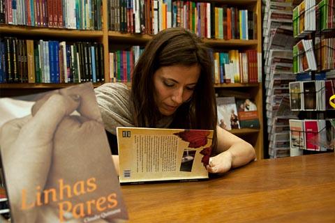 A médica-escritora Ana Claudia em noite de autógrafos na Livraria da Vila (foto: Acervo Pessoal)