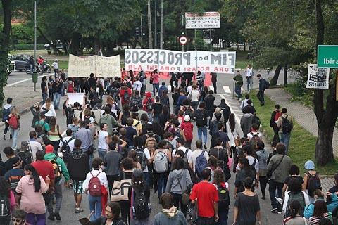Manifestantes a caminho da Procuradoria Geral da USP, onde estudantes processados prestariam depoimentos (foto: Ravi Novaes)