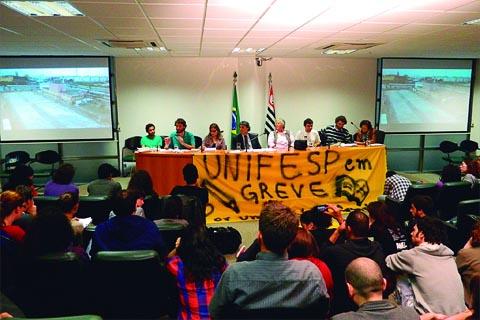 Os alunos da Unifesp também estão em greve; entre as reivindicações estão a revisão das bolsas de moradia e alimentação e melhoria na infraestrutura. Na foto, audiência na Assembléia Legistiva (Alesp) no dia 21/05 (foto: Divulgação/Comando de Greve Unifesp)