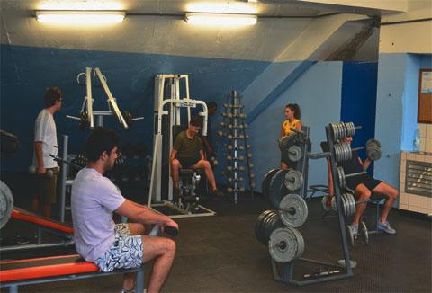 Alunos utilizam novos equipamentos em sala de musculação reaberta (foto: Gabriel Roca)