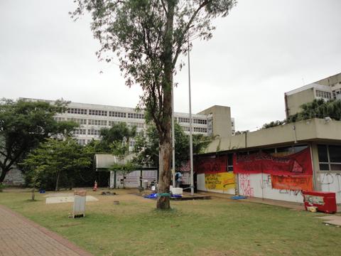 Estudantes permanecem na Reitoria, mesmo após pedido de reintegração de posse pelo TJ