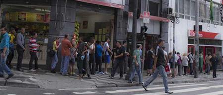 Fila de atendimento da SPTrans dobra a esquina no posto da Praça da Sé