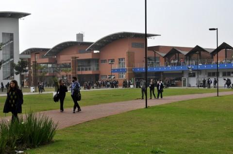 No primeiro dia de aula, alunos da EACH circulam pelo campus depois de desinterdição