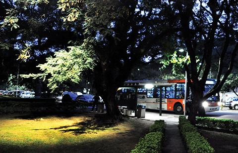 Pontos de ônibus, saídas de institutos e outors caminhos estratégicos sofrem com má iluminação. Foto: Marcela Campos