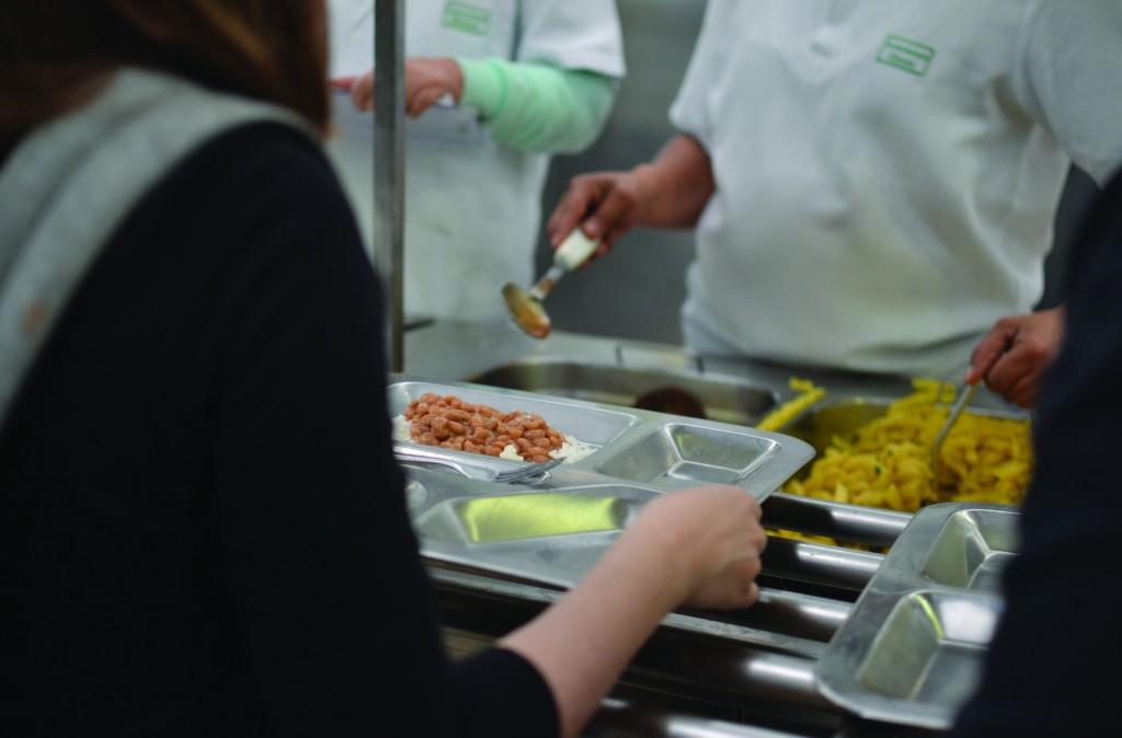 Aos domingos, apenas 9 pessoas preparam as refeições para mais de 1400 pessoas (Foto: Juliana Meres)