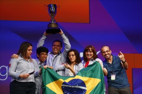 Grupo de alunos e professores comemora vitória do aplicativo 'Clothes for Me' em prêmio da Microsoft