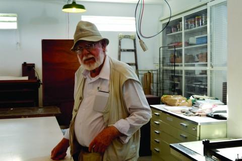 Além de colecionador, Costella também produz xilogravuras