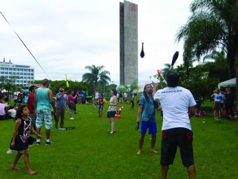 ...famílias participam de atividades interativas