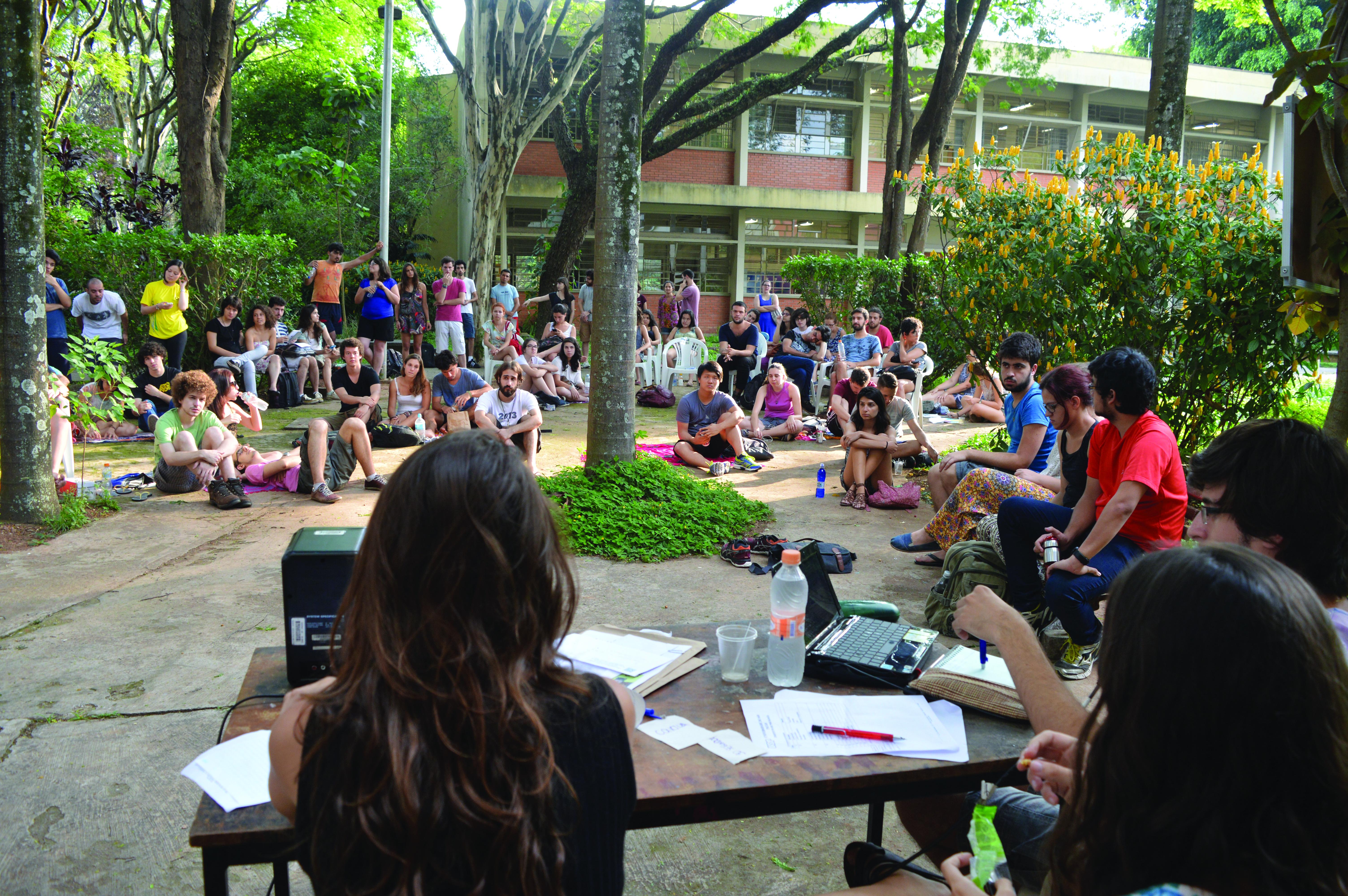 Estudantes do Instituto de Psicologia em assembleia no dia 16/10, no úiltimo dia de paralisação (Foto: Barbara Monfrinato)
