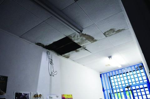 Buracos, rachaduras e goteiras são comuns em todo o prédio do ITCP. Foto: Paula Mesquita