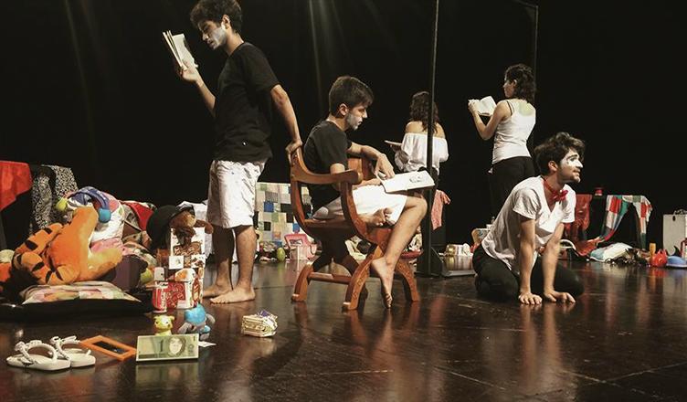 Estudantes de artes cênicas se apresentam na UNICAMP, marcando o primeiro dia do encontro (foto: Pedro Martins Speckart)