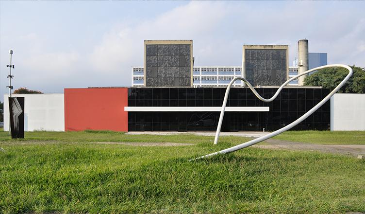 Prédio localizado na Cidade Universitária, já sem o letreiro do MAC (foto: Isadora Vitti)