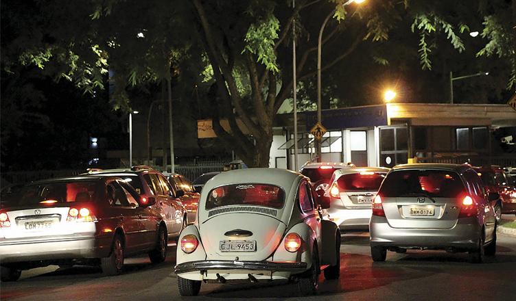 Trânsito lento é comum no Portão 1 da Cidade Universitária (foto: Ana Beatriz Brighenti)