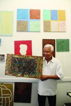 Toninho com uma de suas pinturas (foto: Sofia Mendes)