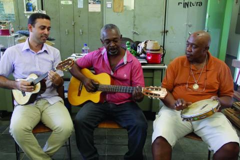 """Banda """"Samba do Bico"""" durante ensaio semanal na sala de manutenção do Instituto de Psicologia (foto: Sofia Mendes)"""